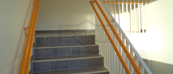Balustrade and handrail made of powder-coated steel